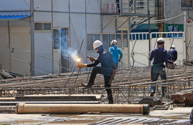 勞動部近日預告,擬調降29行業別災害費率,調幅0.01%到0.07%,另有9行業別災害費率調升,調幅0.01%至0.02%,約影響660萬人。 報系資料照/記者陳柏亨攝影