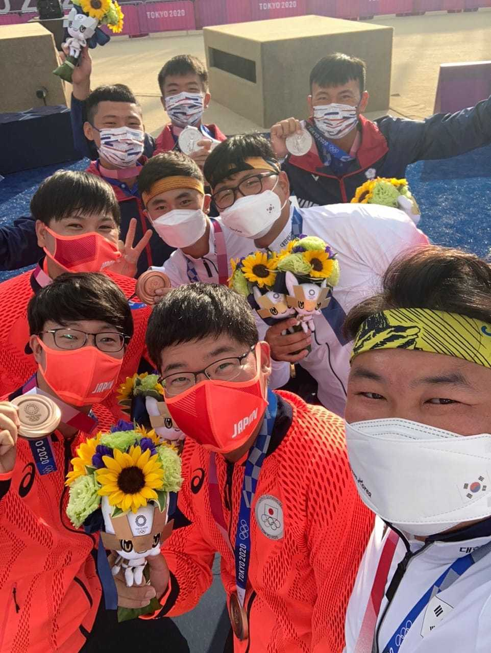 亞洲射箭聯盟在臉書公開三代表團自拍合照的「正面照」,獲得好評。 圖/擷取自亞洲射