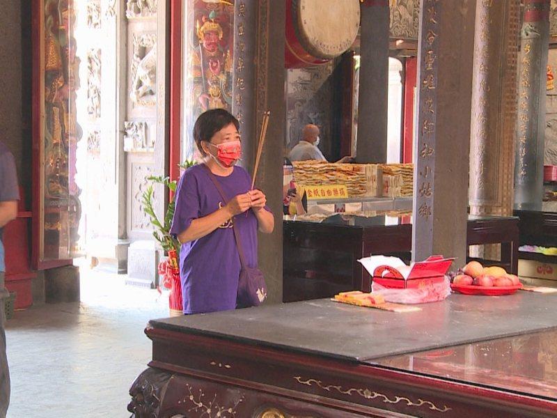 淡水信仰中心媽祖廟福佑宮,以及清水巖祖師廟,都打開大門讓信眾進到裡面來參拜。 圖/紅樹林有線電視提供
