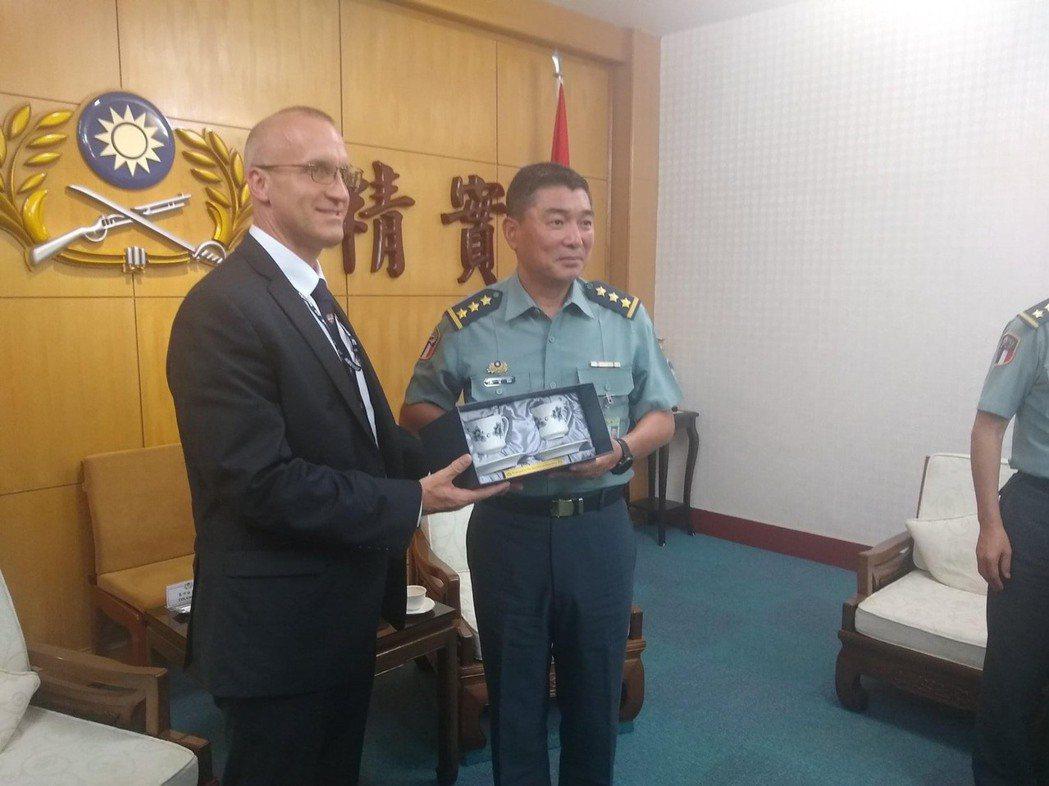 美國在台協會台北辦事處(AIT/T)安全合作組組長葛沛迪上校(左,COL Bra...