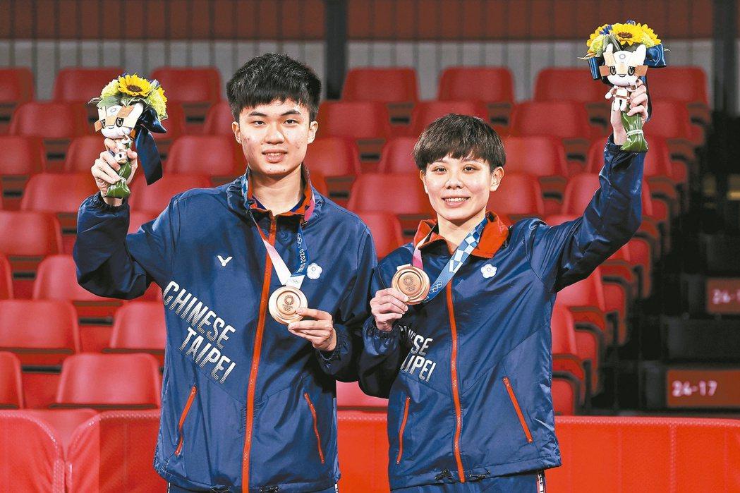 林昀儒(左)鄭怡靜(右)在奧運混雙奪銅。特派記者余承翰/東京攝影