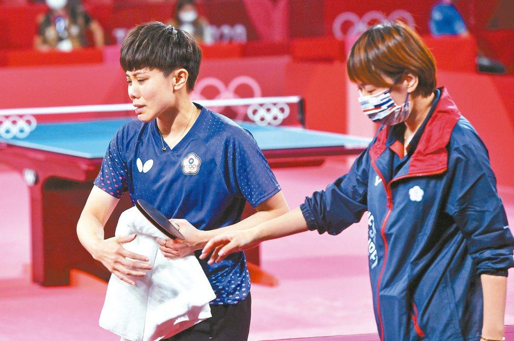鄭怡靜(左)圓了奧運奪牌夢,一下場眼淚就潰堤。特派記者余承翰/東京攝影