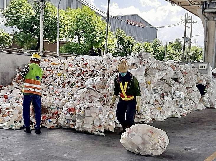 疫情期間,紙餐具回收量大增,回收場內已堆積如小山。圖/台中市環保局提供
