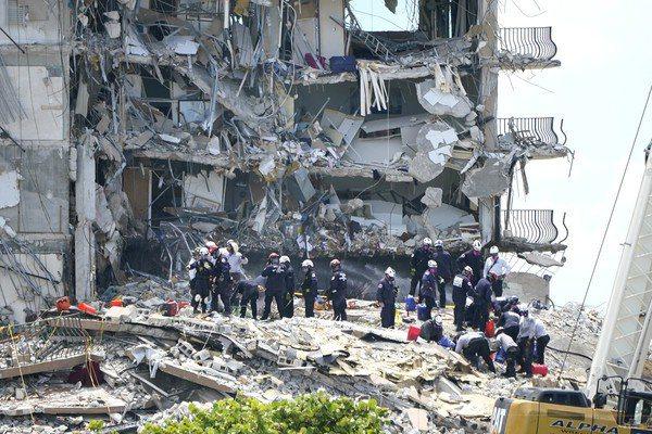 美國佛羅里達州上月24日發生公寓大樓倒塌事件,搜救至今已經超過1個月,而坍塌中下...