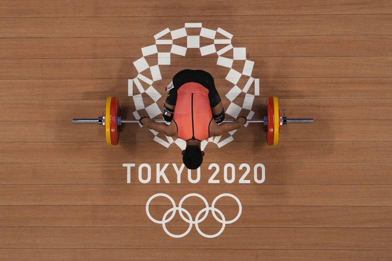 日本東京奧運主辦方報告另外16例新冠肺炎確診案例,其中包括3例運動員感染,讓已經沒有觀眾的東京奧運繼續在嚴格的防疫限制下繼續進行。美聯社