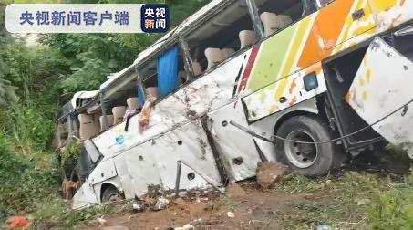 一輛大客車26日下午在青蘭高速公路發生側翻,導致13人不幸死亡。(取自大陸央視新...