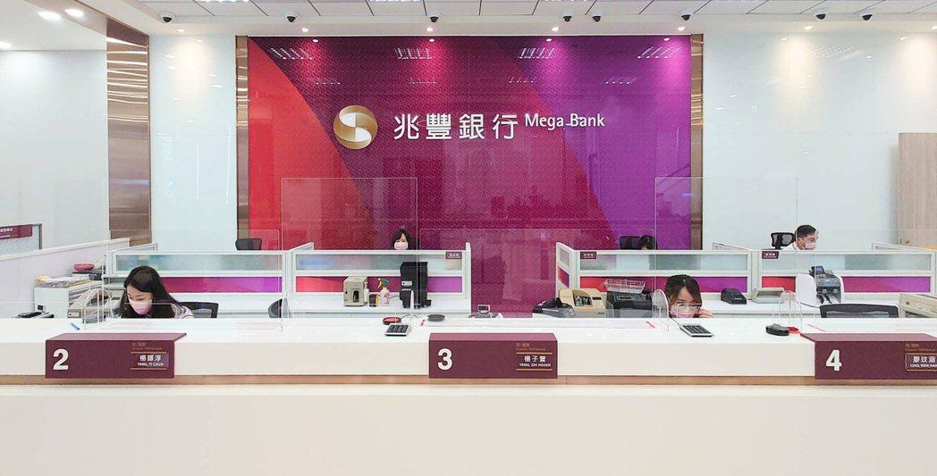 兆豐銀行中山分行改建喬遷,打破老行庫城堡式櫃台的陳舊樣式,以全新CI裝修設計打造...
