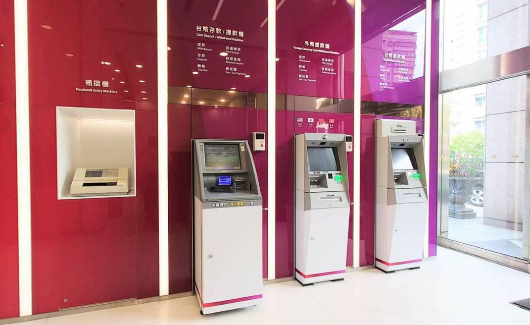 全新設計的ATM區,以強烈豐富的紅紫色系,營造富麗的美感。圖/兆豐銀行提供