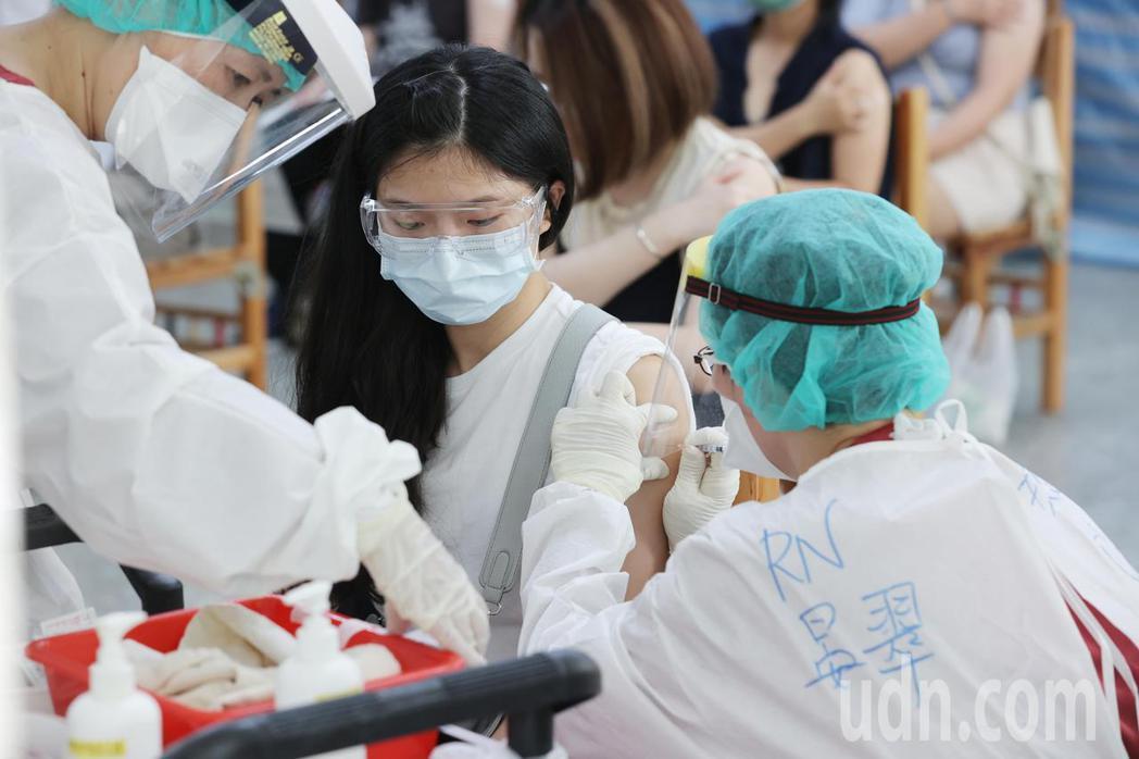 台灣民意基金會今天公布最新民調顯示,與三月相比,國人對國產疫苗有信心者流失24....