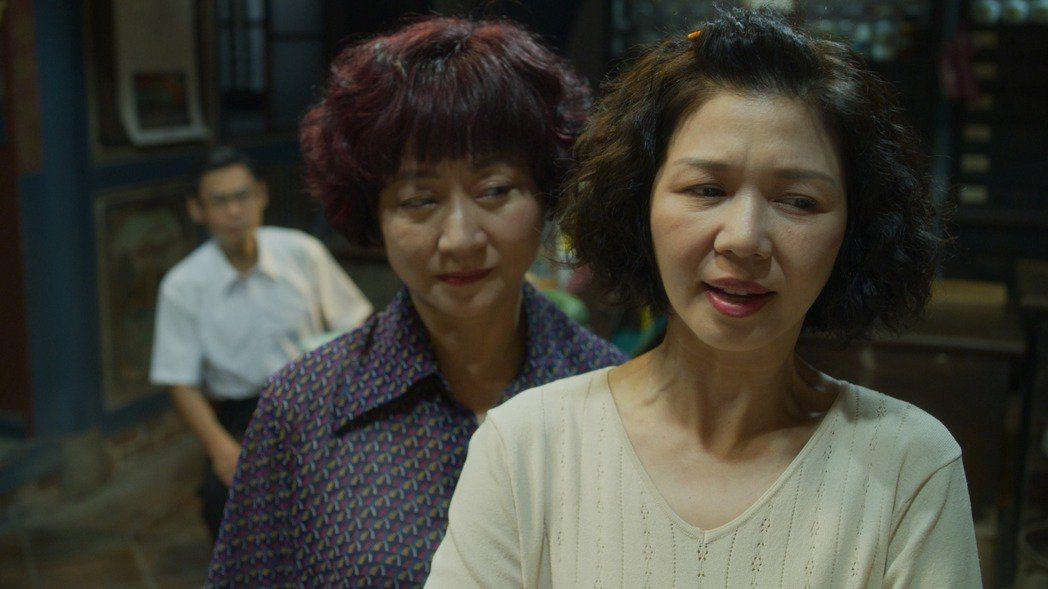 于子育(右)在演藝圈裡認真努力,像個電視公務員。圖/華視提供