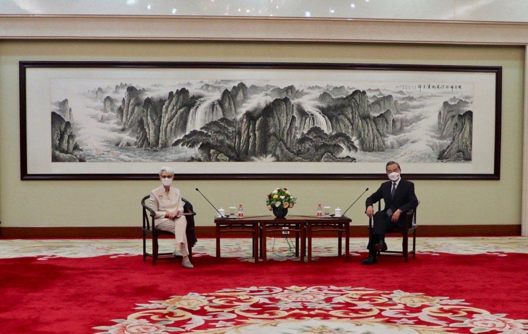 美國副國務卿薛曼(Wendy Sherman)在推特分享她與中國大陸外交部長王毅...