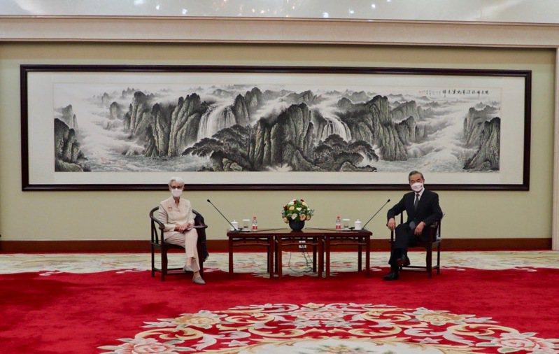 美國副國務卿薛曼(Wendy Sherman)在推特分享她與中國大陸外交部長王毅會晤照片。取自推特