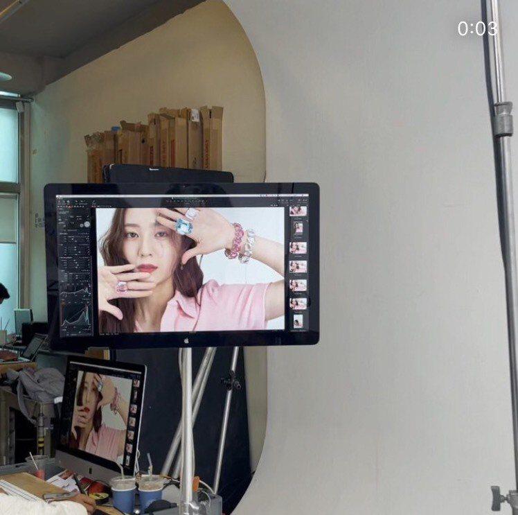 Krystal在自己IG分享拍攝施華洛世奇影片的工作照。圖/取自Krysta I...