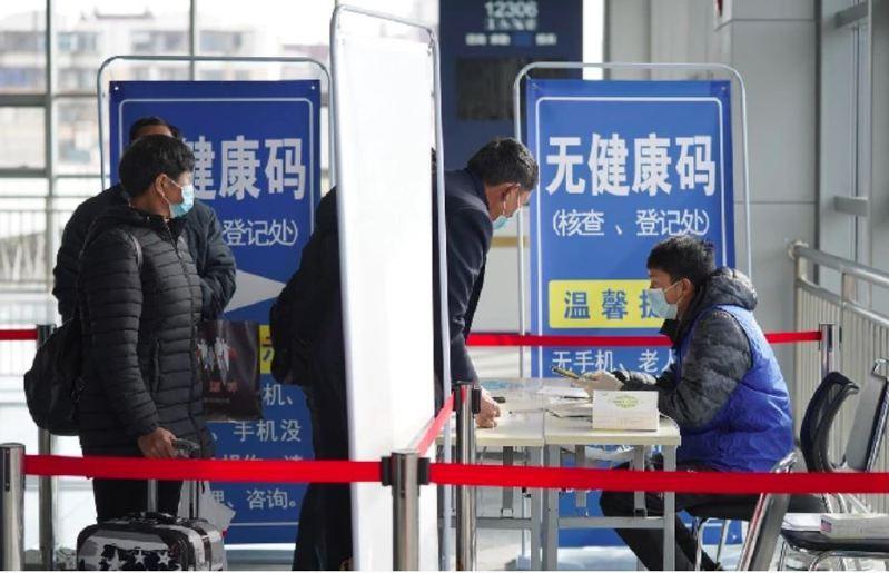 中華民國防疫學會理事長王任賢認為,新冠疫苗接種黃卡需要資訊化,此時是規劃類似大陸「健康碼」的最佳時機。(中新社)