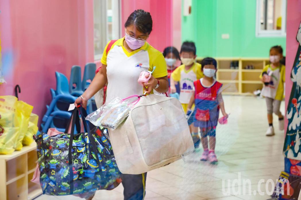 今起降級,在家照顧孩子多時的家長相當期待可把孩子送托,依據教育部規定,八成以上教...