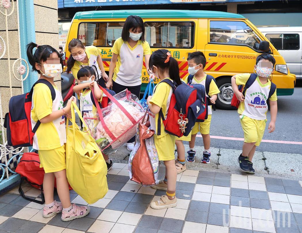 今起降級,幼兒園復課,娃娃車配合防疫政策每部搭載不能超過八人。記者葉信菉/攝影