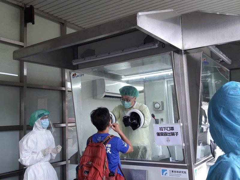 金門衛生局表示,入境金門旅客,仍要進行快篩,請旅客多加配合。記者蔡家蓁/攝影