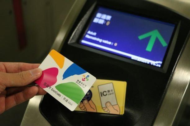 悠遊卡公司提醒,出門時帶張辦好記名及綁定自動加值的悠遊卡,戴口罩、勤洗手、保持社...