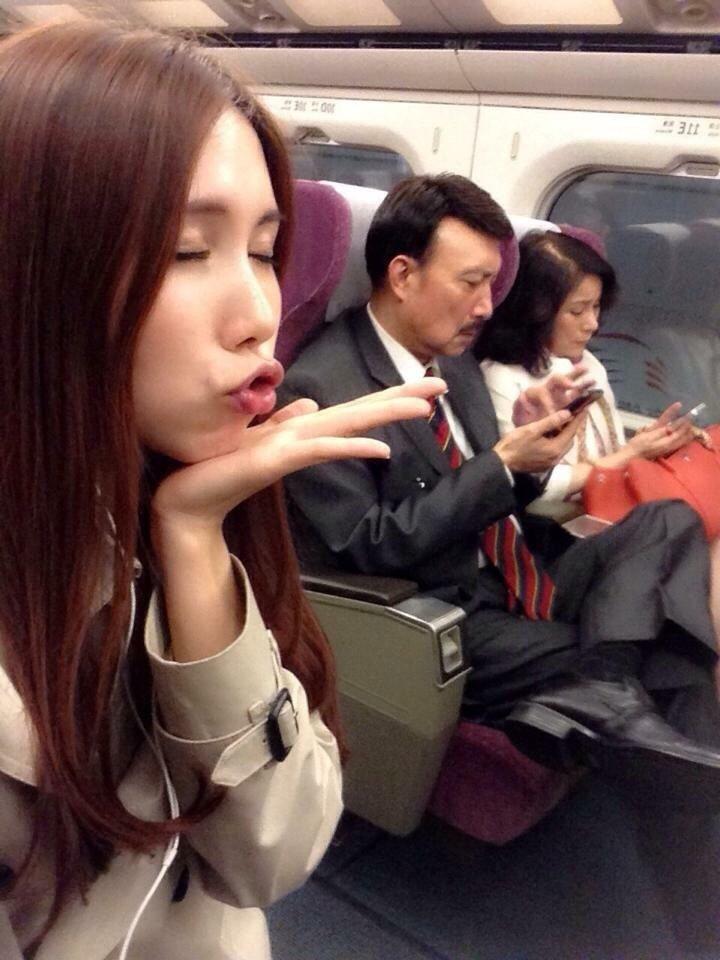 余苑綺(左起)是余天和李亞萍的掌上明珠。圖/鴻凱娛樂提供