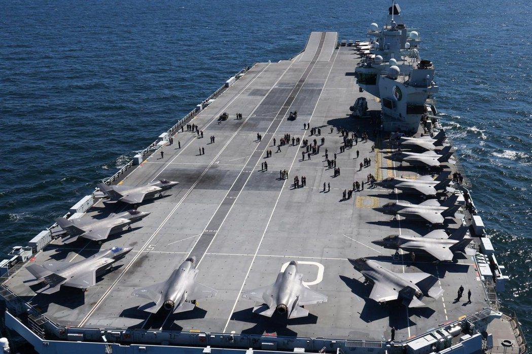 伊莉莎白女王號航艦,設計階段曾考慮使用傳統降落方式的F-35C,最後仍決定使用垂...