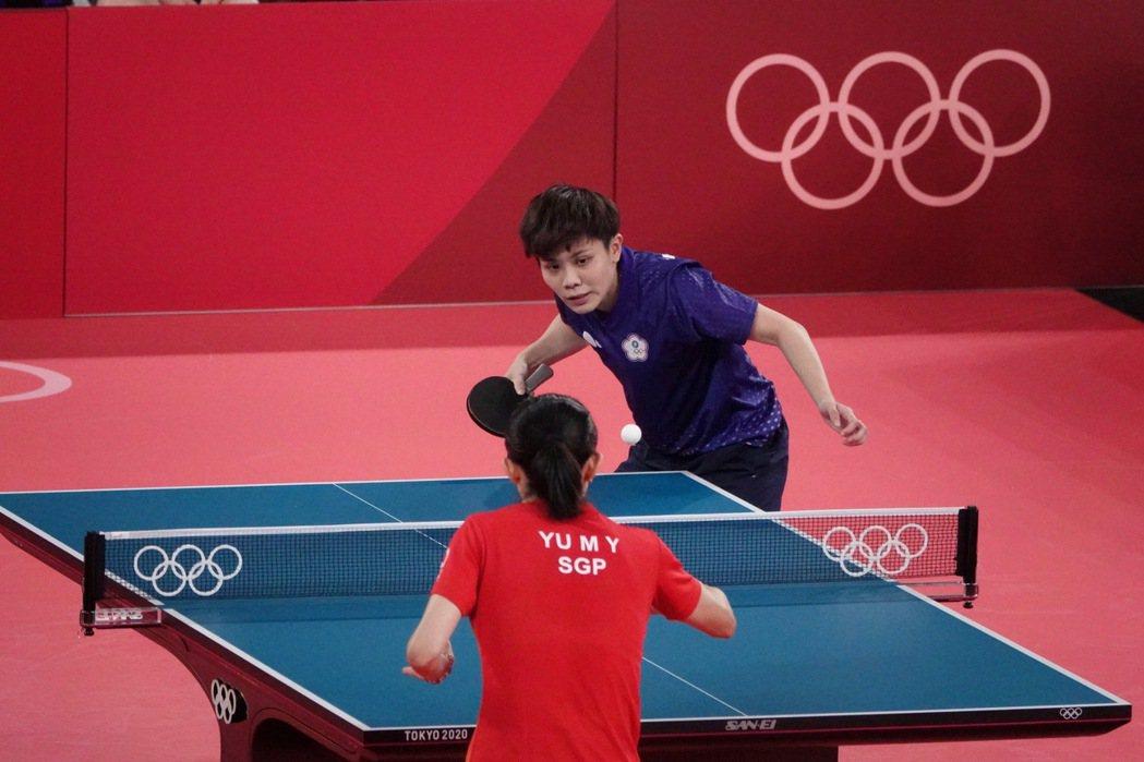 中華桌球女將鄭怡靜在東京奧運16強戰面對新加坡好手于夢雨。奧運採訪團/東京攝影