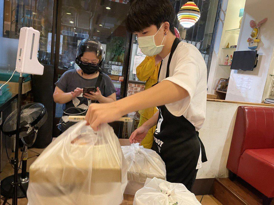 台中市政府8月推台中購物節,購物登錄發票,即可抽獎,以提振疫情經濟。圖/聯合報系...