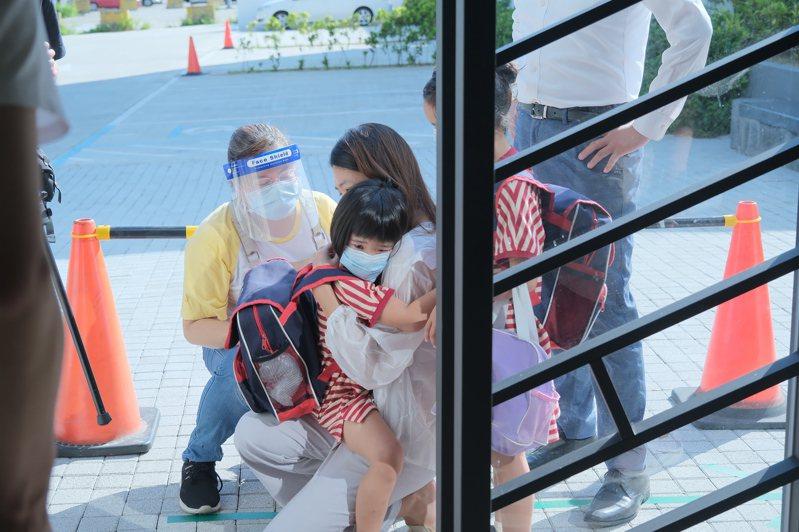 有小朋友因太久沒上課,似乎有點怕生,在門口抱著家長不願放手。記者陳斯穎/攝影