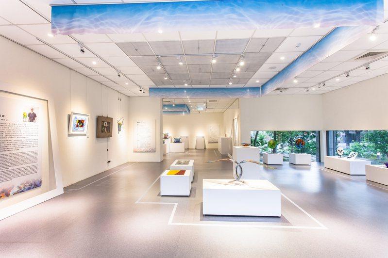 鄭木連、陳民翊與鄭銘梵三位玻璃藝術家分別代表三個創作世代,他們的作品風格迥異卻又極具特色,在玻璃藝術的範疇中嘗試各種可能性,創造出令人驚嘆的視覺饗宴。圖/新竹市文化局提供