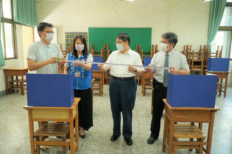 縣長楊文科(右二)在現場拿出工程尺測量,確定每張桌子的距離有達到1.5公尺。記者陳斯穎/攝影
