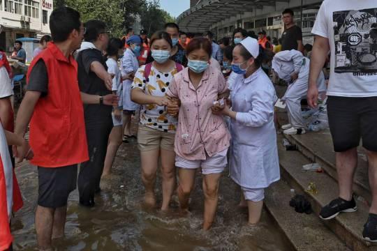 河南新鄉一家三甲醫院淹水,27日零時許,被洪水圍困的衛輝市新鄉醫學院第一附屬醫院...