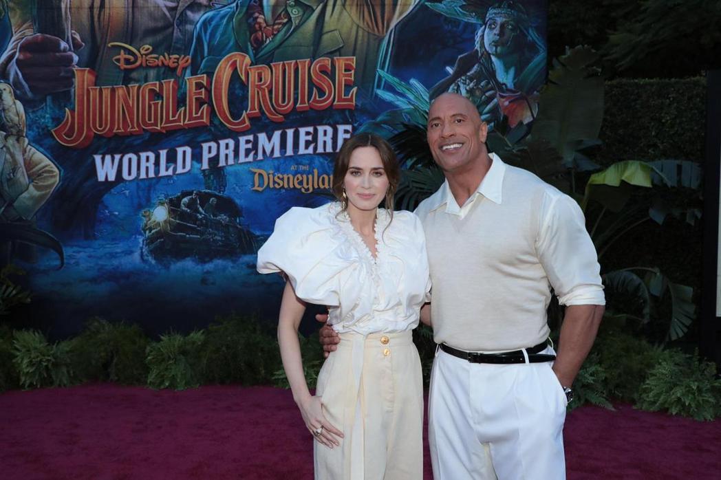 巨石強森、艾蜜莉布朗特在「叢林奇航」首映會與粉絲同歡。圖/迪士尼提供