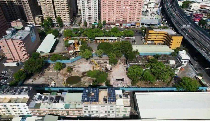 歷時約1個半月,高雄左營區大中二路、民族路口廢棄水肥廠舊址已完成拆除,並妝點簡易綠化,讓整體風貌改頭換面。圖/高雄市政府提供