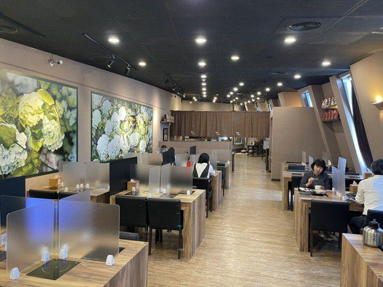 今天防疫降級,故宮南院唯一餐廳「野爺鍋物」恢復內用,餐桌用隔板、採梅花座,全部9...