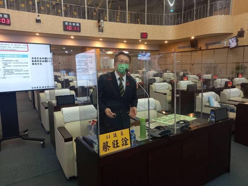 台南市議員蔡旺詮針對「班班有冷氣」政策,關心用電量增加會造成排碳量增加。記者黃宣翰/攝影