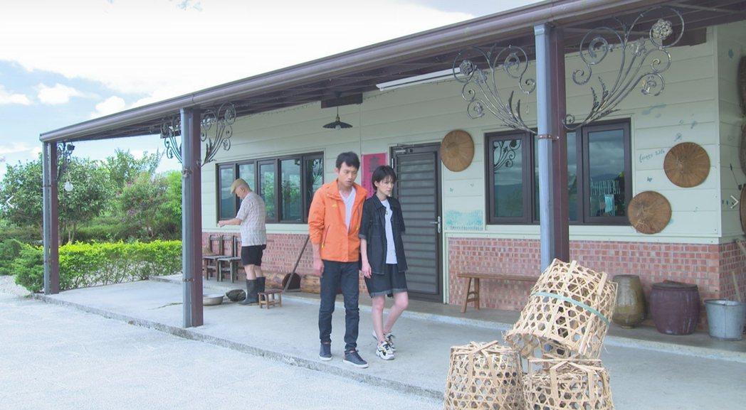 楚宣(右)、張哲豪為「黃金歲月」到深山一間農舍取景。圖/民視提供