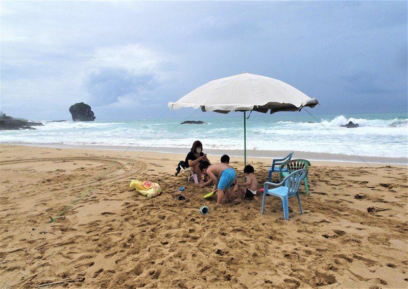 夏日水上活動勝地的屏東墾丁,今天一早就有民眾迫不及待到海邊衝浪、戲水和潛水。記者潘欣中/攝影