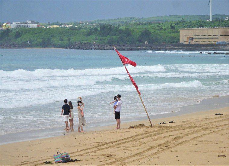 夏日水上活動勝地的屏東墾丁,今天一早就有民眾迫不及待到海邊衝浪、戲水和潛水。記者...