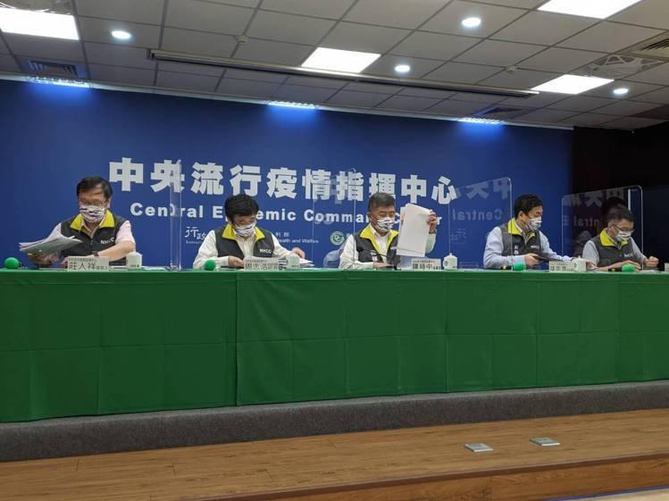 中央流行疫情指揮中心7月27日記者會出席名單,由左到右中央流行疫情指揮中心發言人...