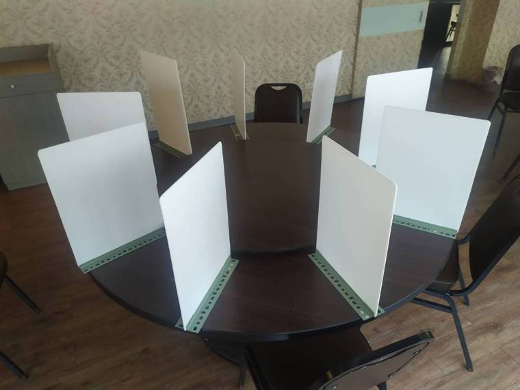 Ali88燒鵝之家盧姓負責人想出了DIY隔板的方法,並替圓桌裝設隔板。圖/Ali...