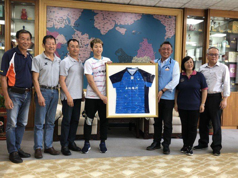 中華奧運羽球選手李洋(左四)在2年前曾偕同父親李峻淯(左三)等人到縣府拜會縣長楊鎮浯(右三),並致贈楊鎮浯簽名球衣。(資料圖片)記者蔡家蓁/攝影