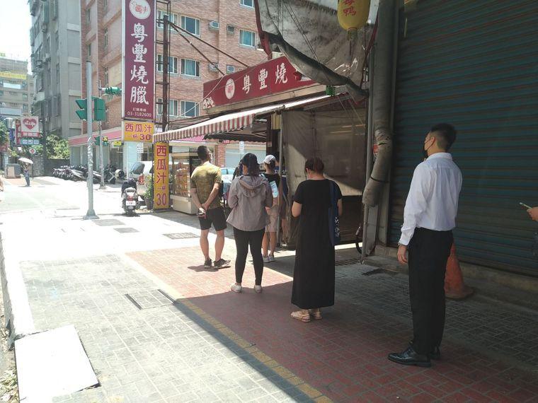 即便桃園市開放內用,仍有店家維持一律外帶,在中午用餐巔峰時間出現排隊人潮。記者張...