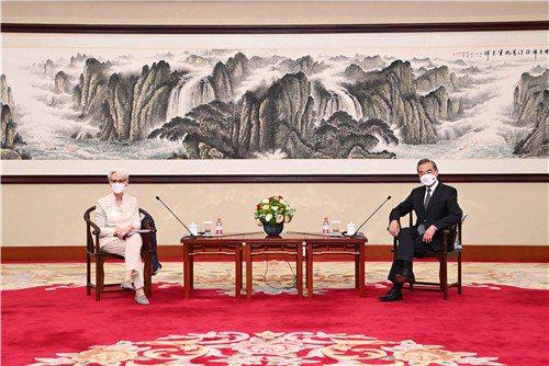 大陸國務委員兼外長王毅(右)廿六日下午在天津會見美國副國務卿薛曼(左)。圖/取自大陸外交部網站