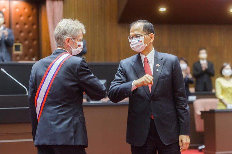 捷克捐贈台灣3萬劑疫苗,立法院長游錫堃(右)在臉書發文表示,感謝民主盟友捷克,也...