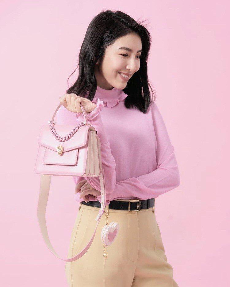 楊錦華在IG秀出寶格麗的七夕限量包和配件,提醒大家為愛超前部署。圖/取自IG