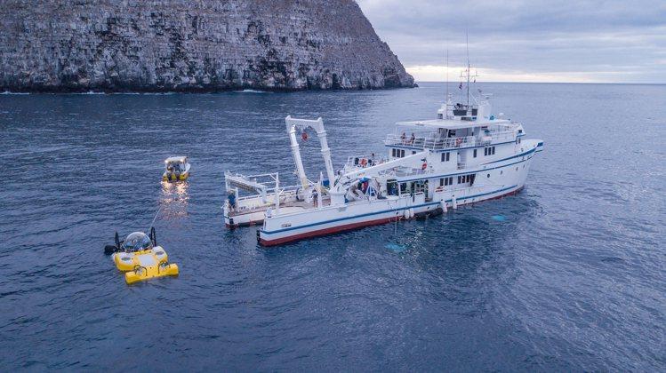 黃色的深海探潛器,以及Mission Blue的Argo號船艇,曾停駐在達爾文群...