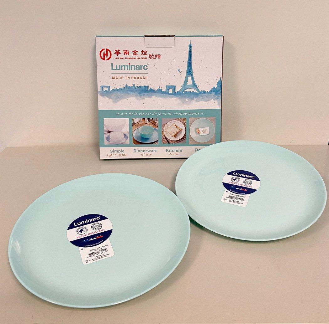 華南金控今年股東紀念品為法國樂美雅餐盤。華南金/提供