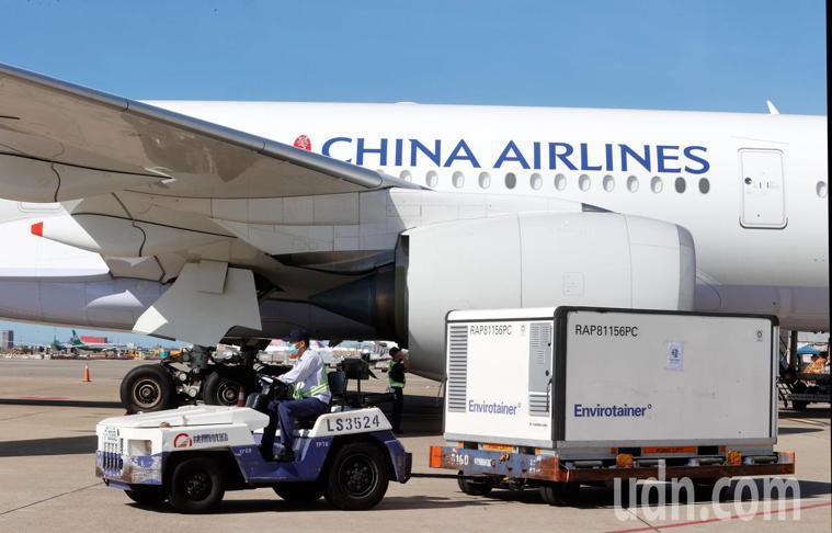 圖為七月中我國自購的AZ疫苗由華航CI834班機以客機載貨運抵台灣,冷凍盤卸下後...