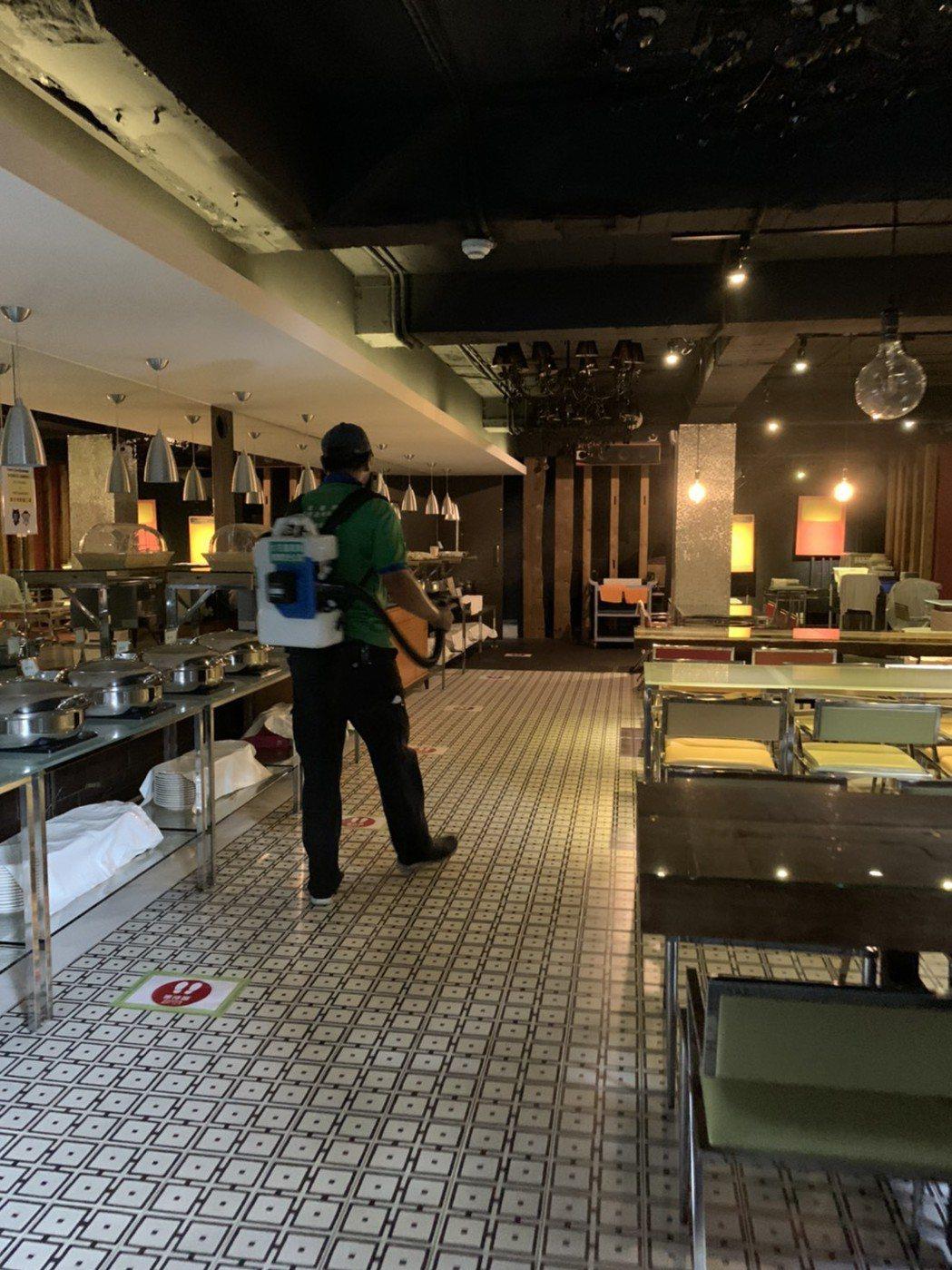 張齡予家中旅館進行消毒。圖/摘自臉書