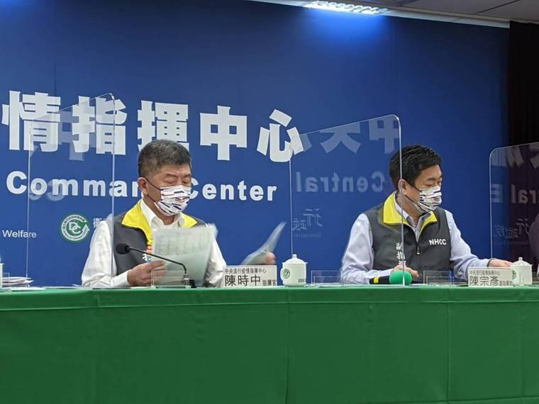 中央流行疫情指揮中心記者會出席名單。由左到右中央流行疫情指揮中心指揮官陳時中、副...