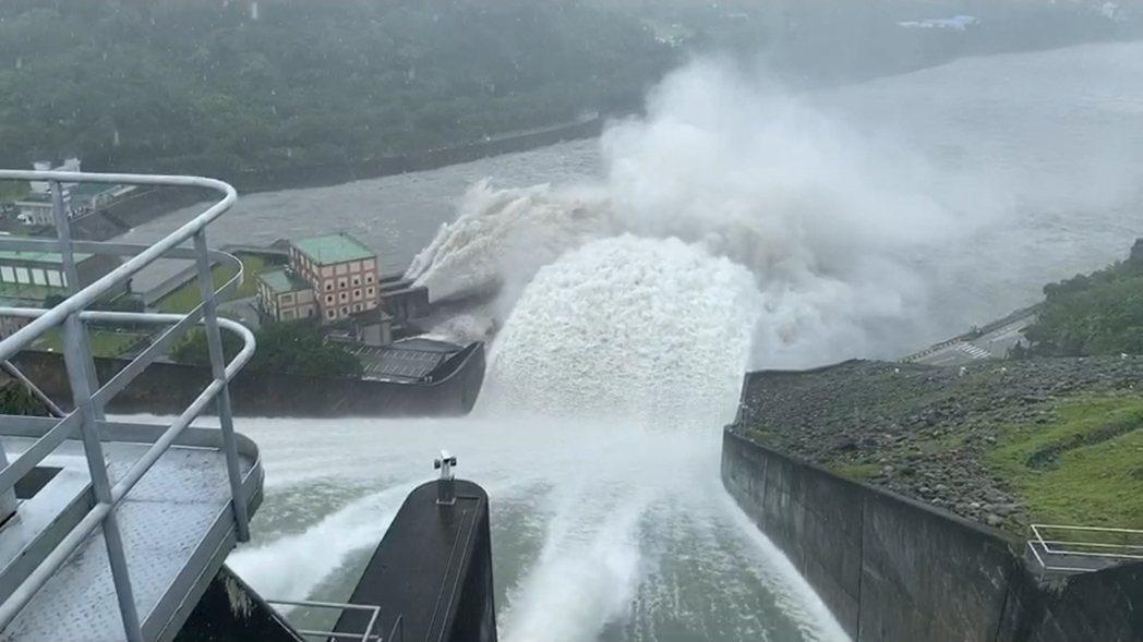 石門水庫受這一波颱風帶來豐沛雨量所賜,水庫達滿水位24日還洩洪。記者鄭國樑/攝影